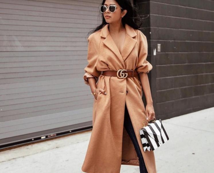 Пальто теплого оттенка и пояс Gucci в рыже-коричневой гамме, полосатая сумка используется в качестве акцента