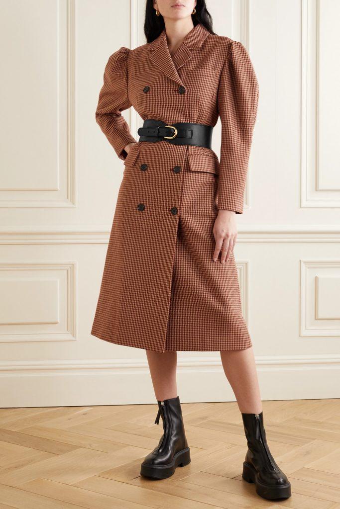 Мелкий принт в клетку создает общее впечатление рыжевато-коричневого цвета, тему грубых ботинок продолжает массивный кожаный пояс