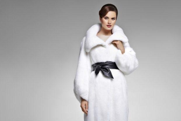 Белая укороченная куртка с тонким пояском очень удачно дополнила образ с длинным платьем в пол