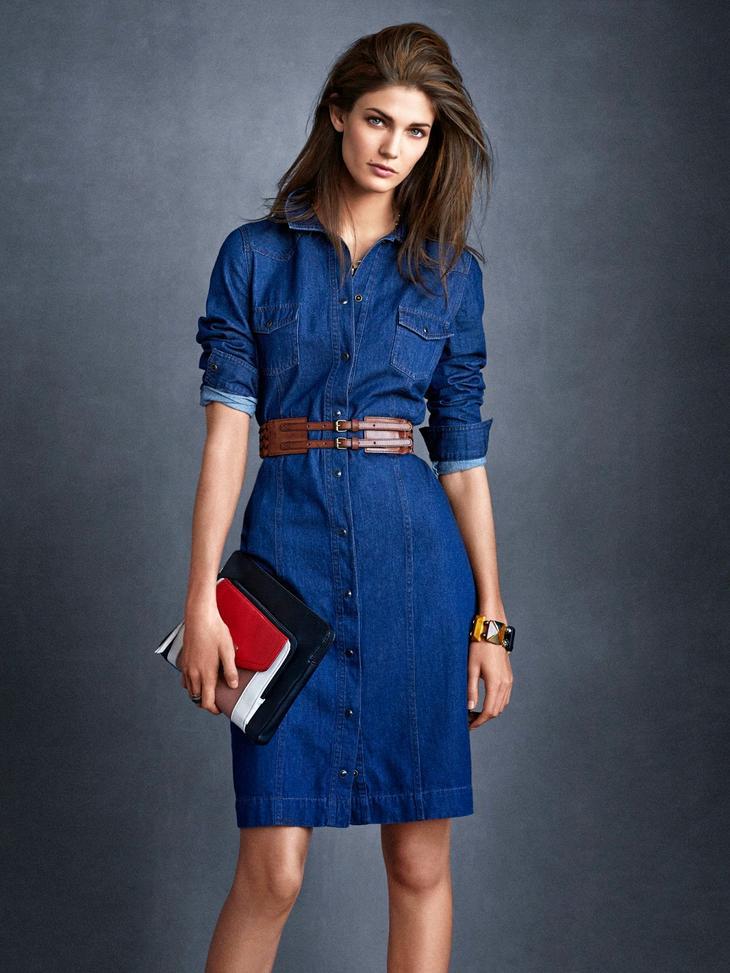 Образ с платьем простого кроя может получиться довольно элегантным и вполне подойдет для работы при нестрогом дресс-коде