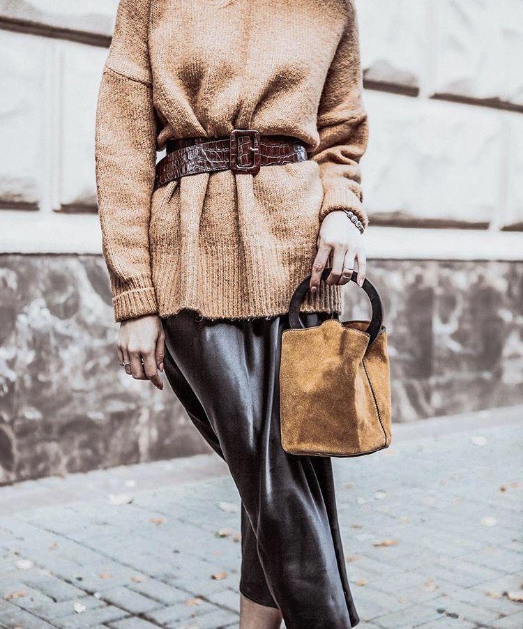 Грубый свитер цвета кофе с молоком, шоколадный пояс, рыже-коричневая сумка из замши – отличный look для свободного времени