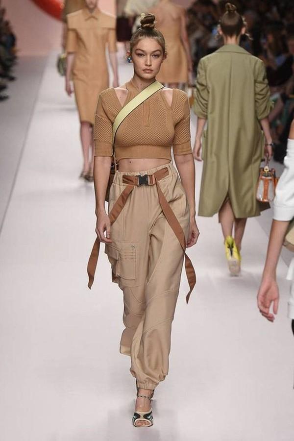 Длинный пояс по оттенку перекликается с топом и не совпадает с обувью, костюмный ансамбль все равно выглядит цельным и законченным