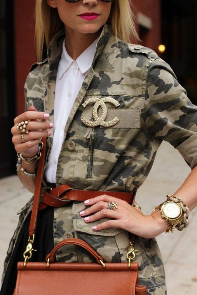 Куртка милитари в оттенках хаки с поясом и сумкой рыже-коричневого цвета