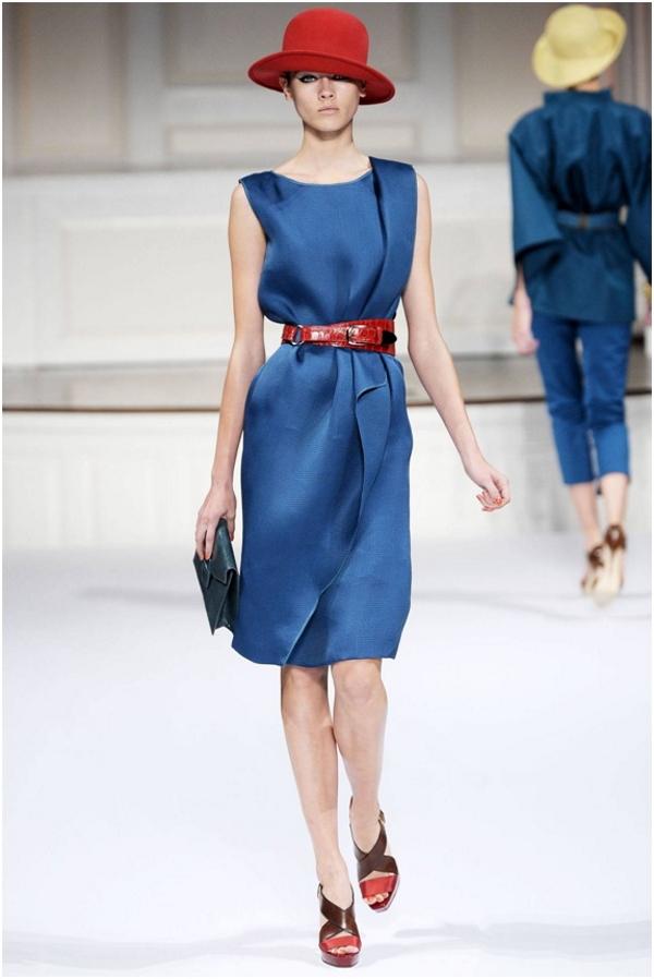 Лаковый фактурный ремень превращает платье припыленного синего оттенка в эффектный выходной наряд