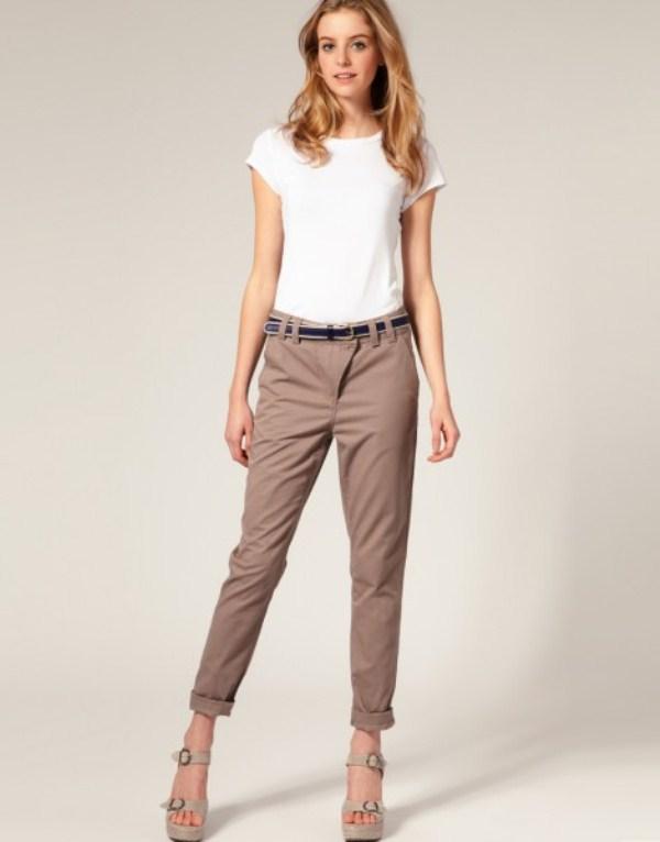 Бежевые брюки подпоясаны синим ремнем с бежевой отделкой, аксессуар смотрится не так классично, как черный, но не создает диссонанса в комплекте