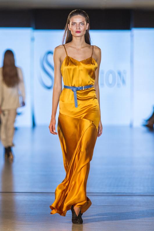 Желтое платье и синий пояс в достаточно броском исполнении, соединенные по контрасту, составляют гармоничный вечерний ансамбль