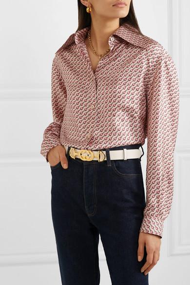 Белый пояс в компании с джинсами и блузкой – отличное решение для джинсовой пятницы