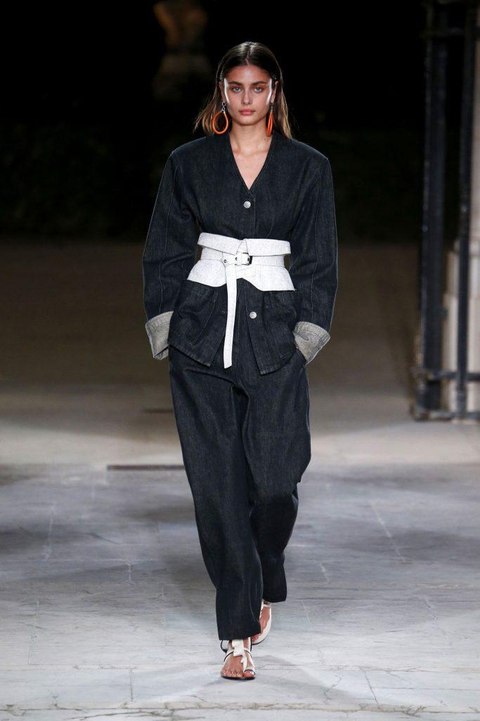 Серый костюм с белым поясом, по форме напоминающим кушак, и белыми сандалиями – прекрасный вариант контрастного образа для «летней» девушки