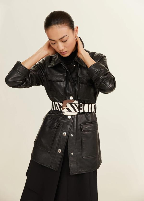 Принт «зебра» в сочетании с черной кожаной курткой – контрастная и эффектная комбинация