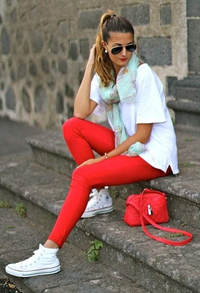 Красные леггинсы и сумочка на ремешке — модные акценты образа.