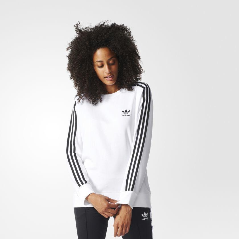 Модницы с удовольствием носят спортивную одежду Adidas.