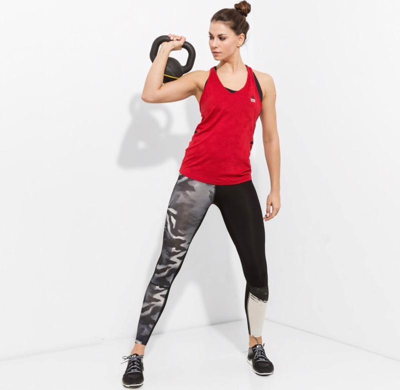 Reebok предлагает множество спортивных фасонов одежды.