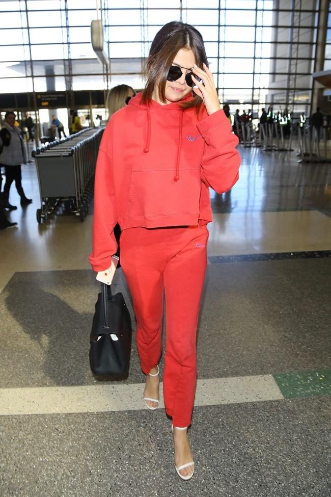 Певица любит сочетать спортивный костюм с босоножками на каблуке.