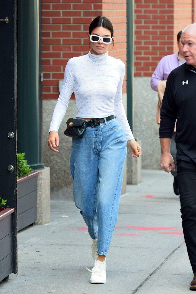 Модель дополнила джинсы и лонгслив поясной сумкой.