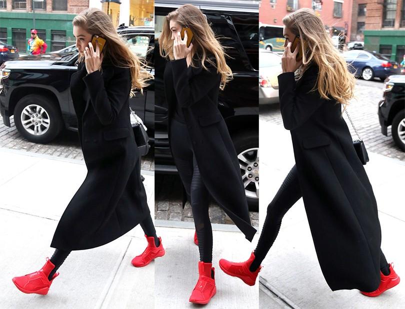 Джиджи Хадид скомбинировала леггинсы с длинным пальто и яркими кроссовками.