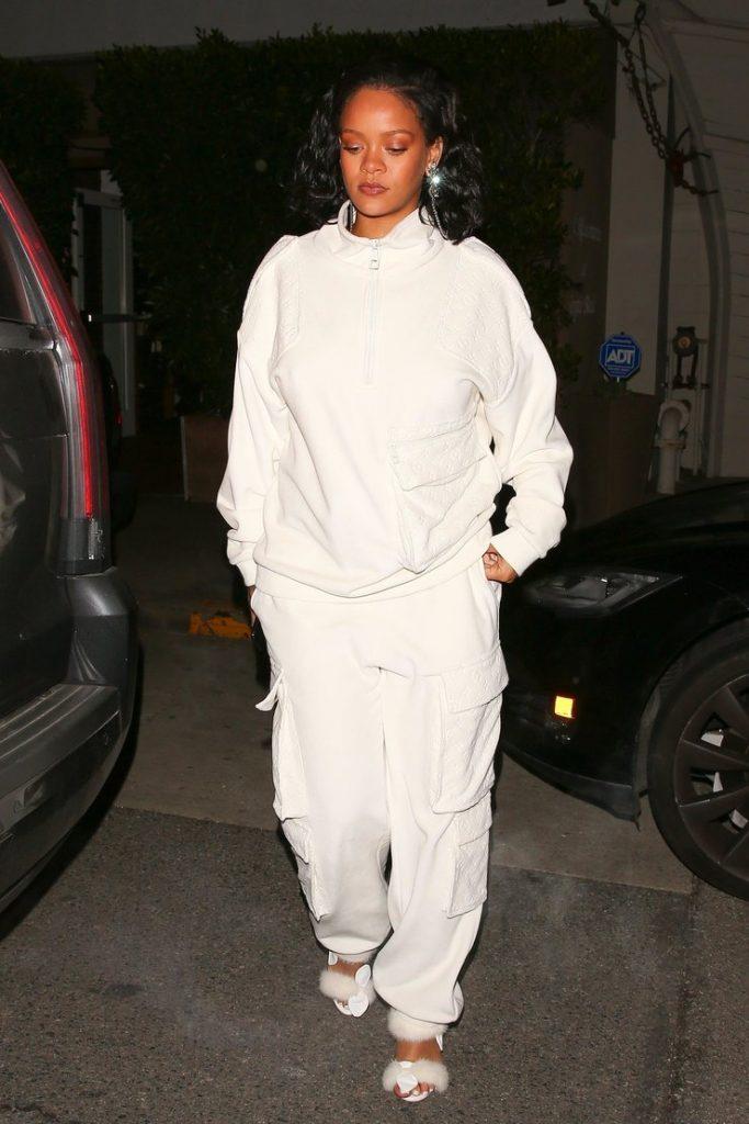 Рианна сочетает спортивный костюм с изысканными босоножками.