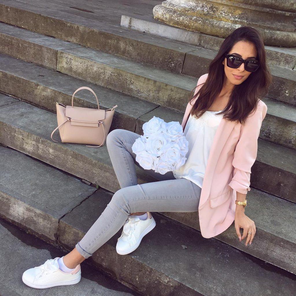 Светло-серые джинсы скинни, легкая кофта, жакет и кеды подчеркивают утонченность девушки.