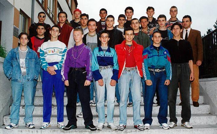 Джинсы и спортивные костюмы были очень популярны в 90-х.