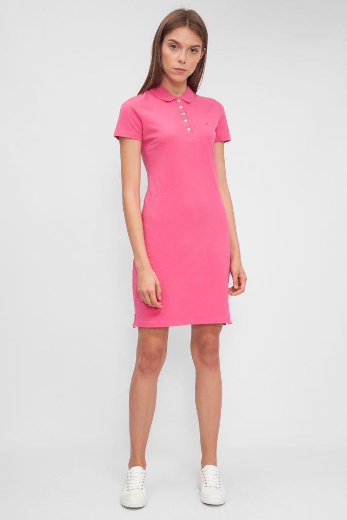 Платье поло и кеды — просто и стильно.