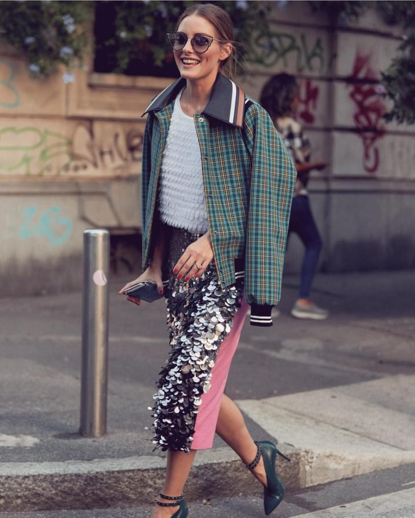 Любите гламурные луки? Наденьте юбку с пайетками, бомбер и туфли.