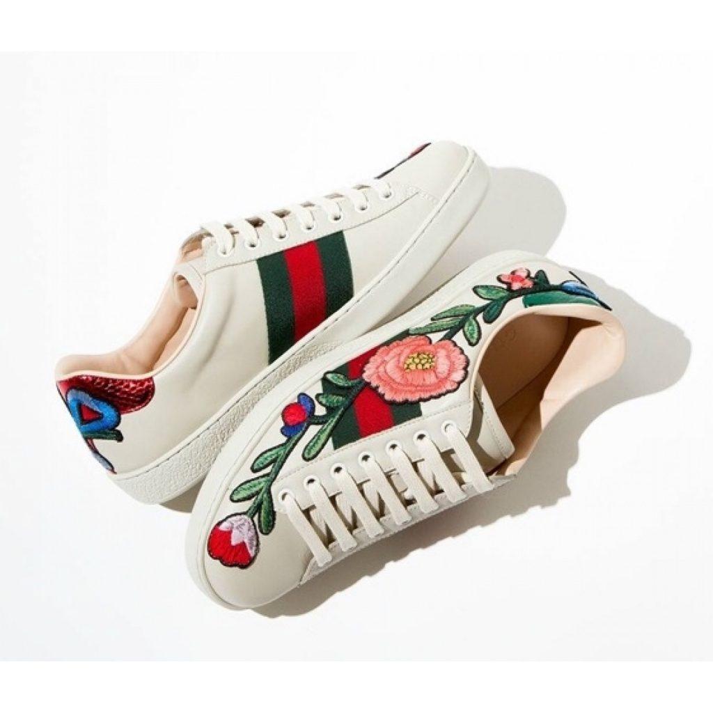 Цветочная вышивка на обуви дополнит романтичный аутфит.