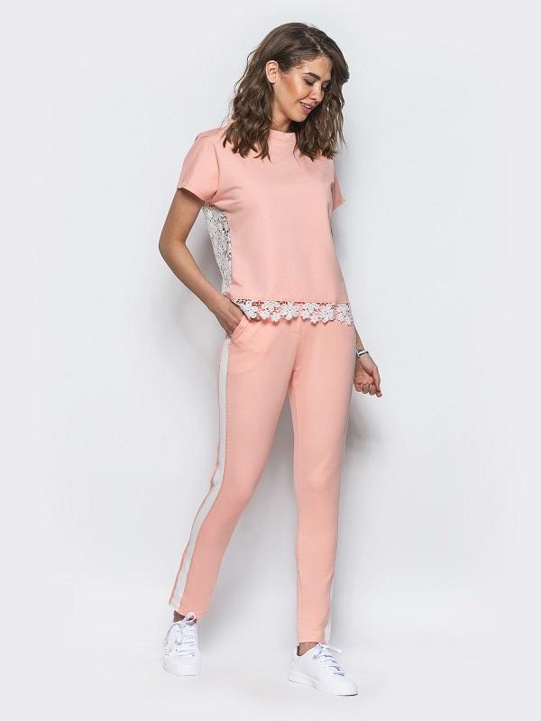 Летние наряды шьют из легких тканей и с коротким рукавом.