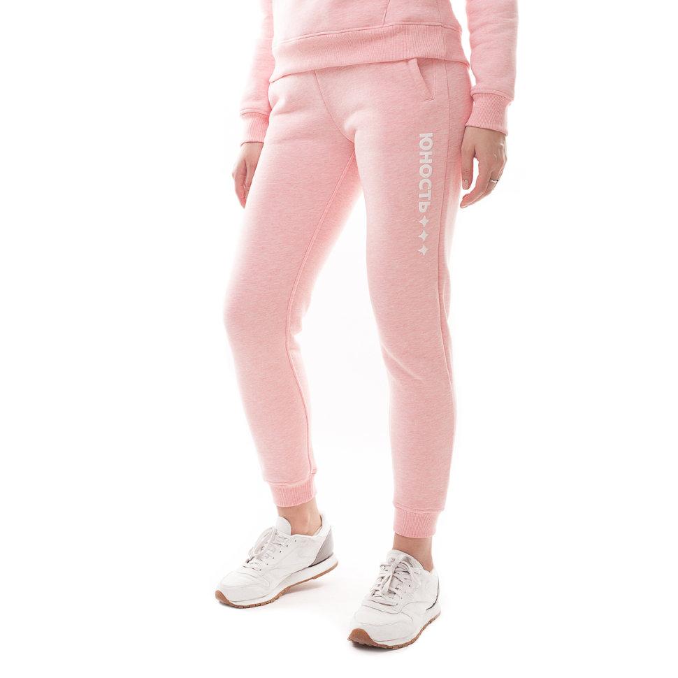 Штаны спортивного фасона производят из мягких, приятных к телу материалов.