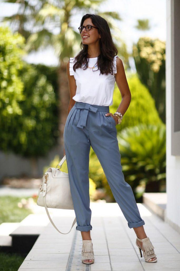 Комбинируйте брюки с защипами, легкую кофту и босоножки в одном луке.