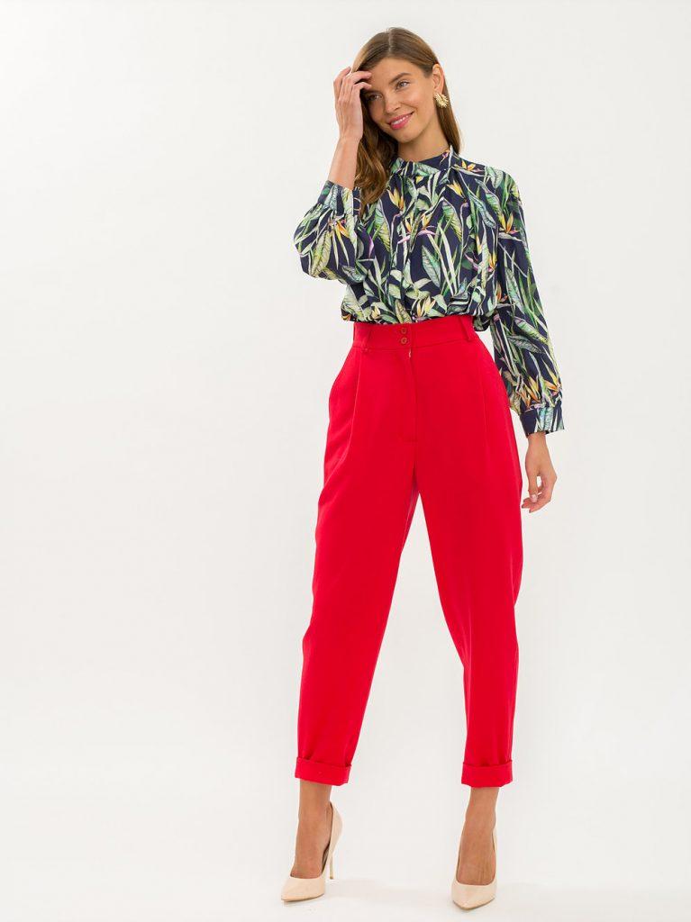 Для яркого аутфита возьмите красные брюки, эффектную блузу и лодочки.