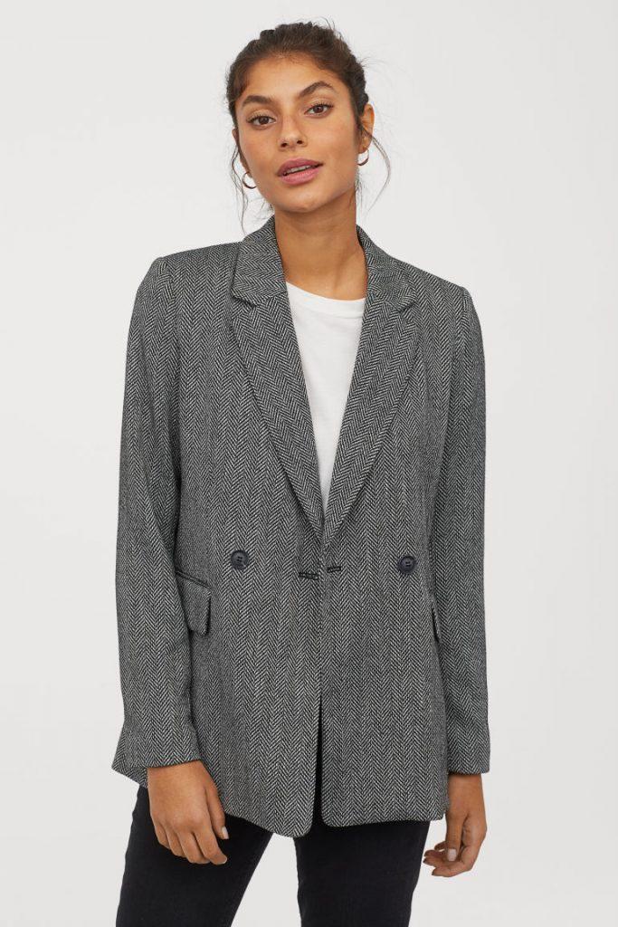 Пиджак с принтом «елочка» сочетайте с джинсами.
