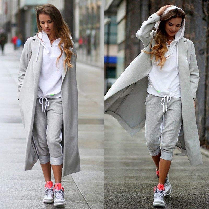 Худи, бриджи с манжетами, пальто и кроссовки — один из вариантов спортивного стиля.