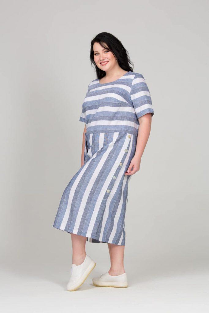 Платье в полоску хорошо скрывает недостатки фигуры.