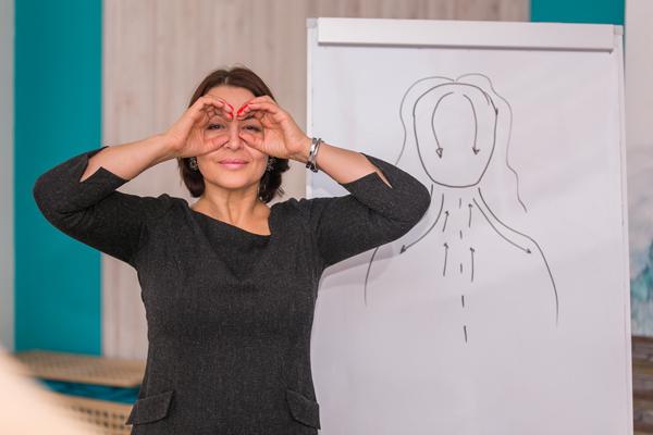 """Чтобы статья была """"живее"""", добавила фотографии из моей практики. Здесь кадр, где я показываю, как делать упражнение «Бинокль». Укрепляем круговую мышцу глаз и подтягиваем веки."""