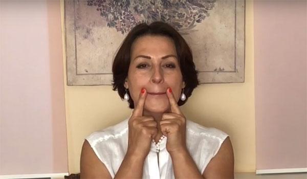 Кадр из видео, где я рассказываю, как поднять уголки губ